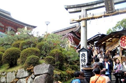 Lý do gái Nhật Bản thích đi chùa cầu duyên vào đầu năm