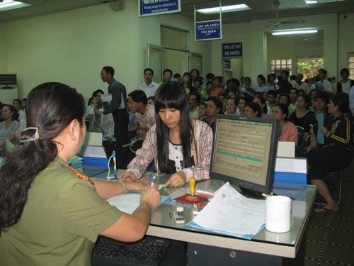 Hàng ngàn người làm hộ chiếu đi xuất khẩu lao động