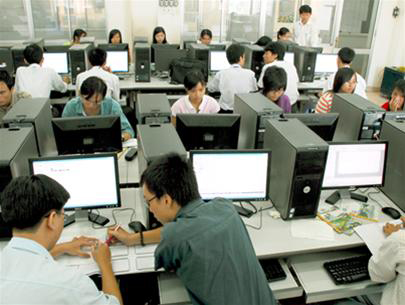 3 kỹ sư công nghệ thông tin tại Okayama tháng 7/2014