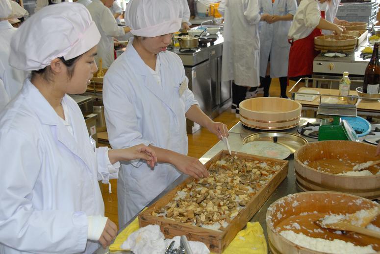 54 Nam/Nữ làm thực phẩm cơm hộp tại Fukuoka tháng 7/2017