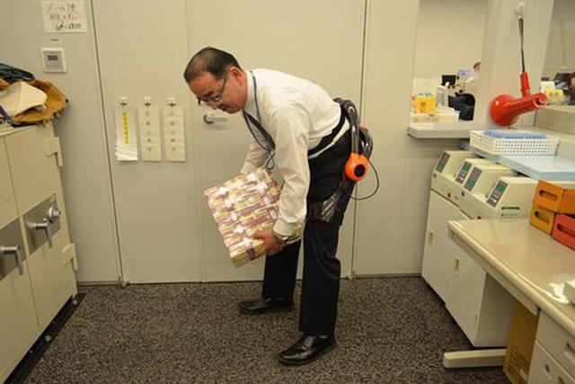 Ngân hàng Nhật Bản ứng dụng khung xương robot giảm gánh nặng cho nhân viên chuyển tiền