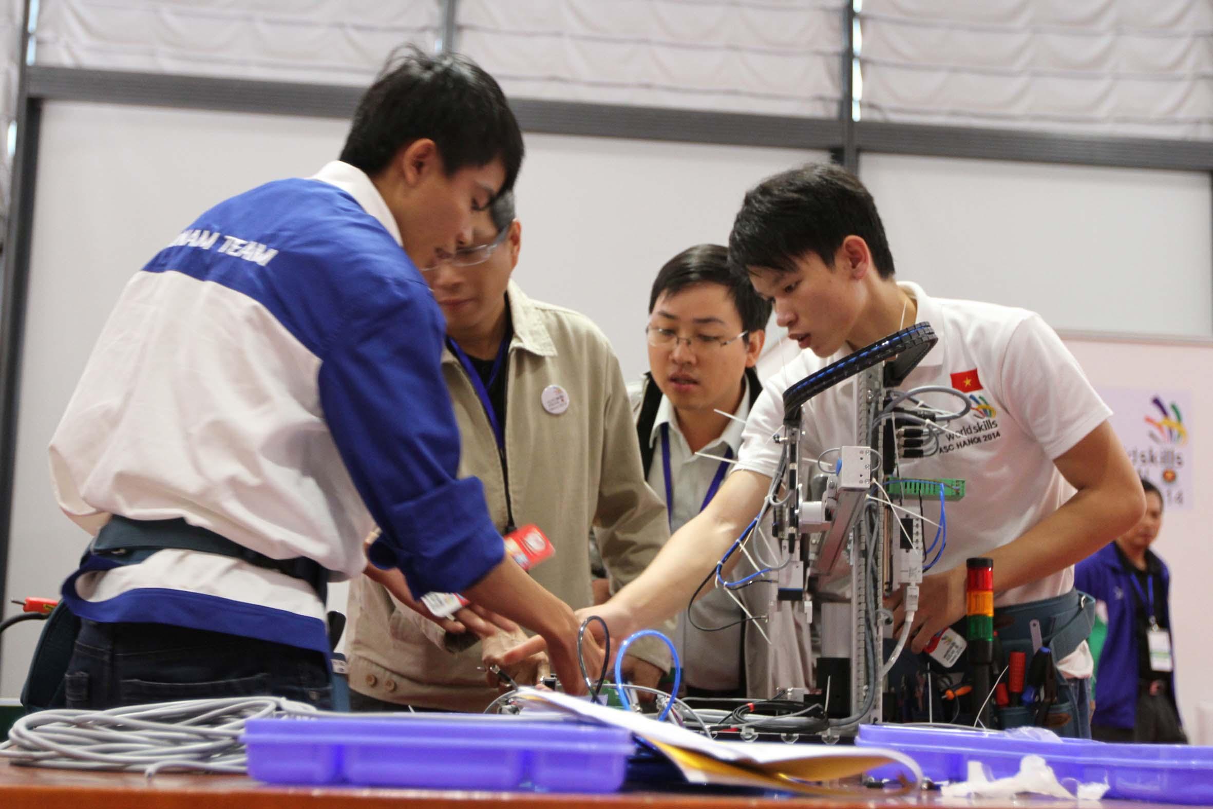 Đẩy mạnh xuất khẩu lao động, giới thiệu việc làm cuối năm 2015