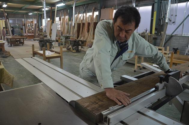 10 Nam làm mộc trong nhà máy gỗ tại Aichi tháng 7/2015