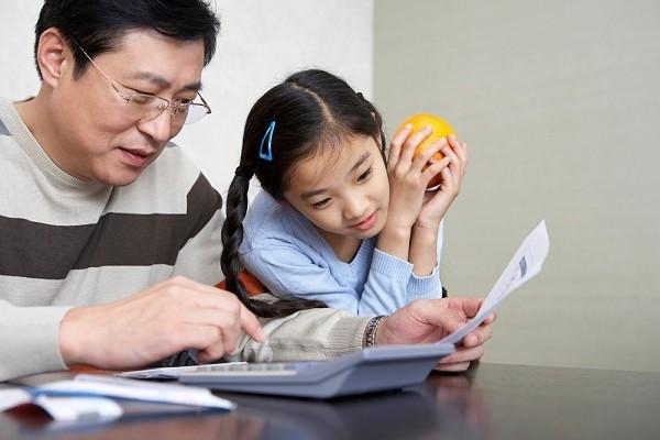 Ông bố Nhật dạy con gái bằng cách không ai ngờ tới!