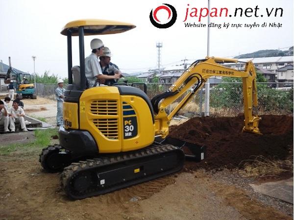9 Nam lái máy xây dựng tại Fukui tháng 11/2017