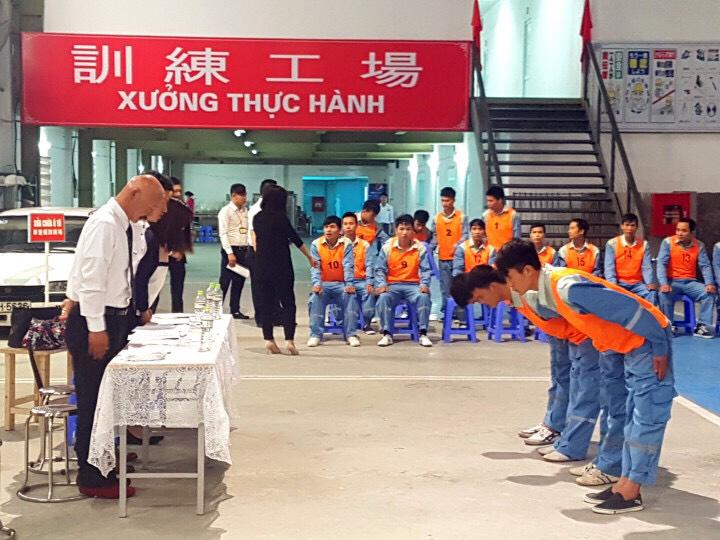 Thực tập sinh của TTC Việt Nam thi thể lực vác bao cát