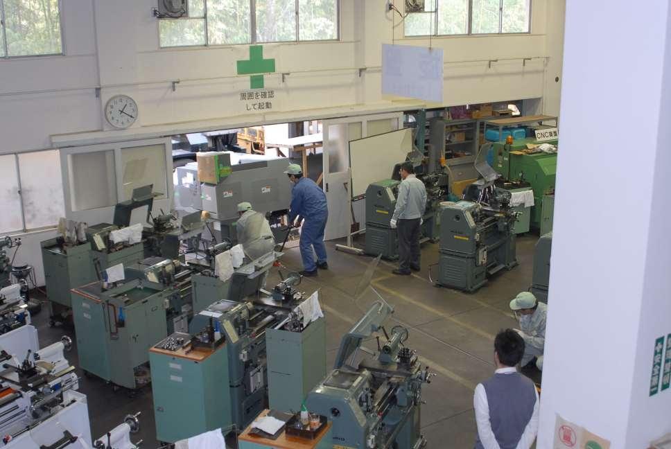 kỹ thuật viên nhật bản tại một xưởng cơ khí
