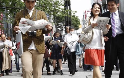 Người Nhật luôn tận dụng thời gian rảnh để đọc sách báo nhằm nâng cao kiến thức