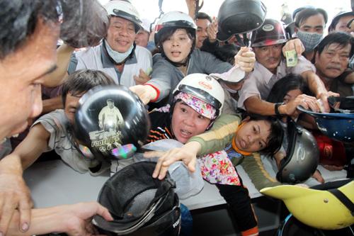 Chen lấn xô đẩy tại Đà Nẵng