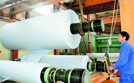 12 Nam làm nhà máy giấy tại Kanagawa tháng 7/2014