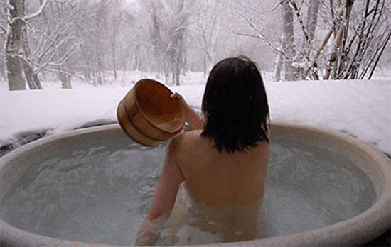Tắm tiên giữa mùa đông lạnh giá ở Nhật Bản