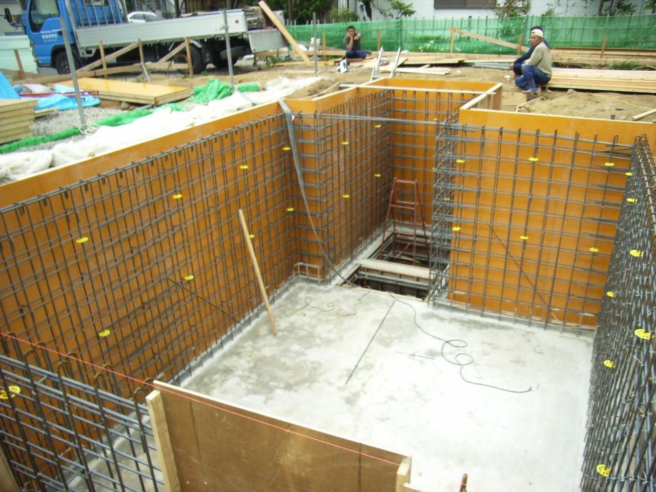 24 Nam làm cốp pha xây dựng tại Shimane tháng 4/2015