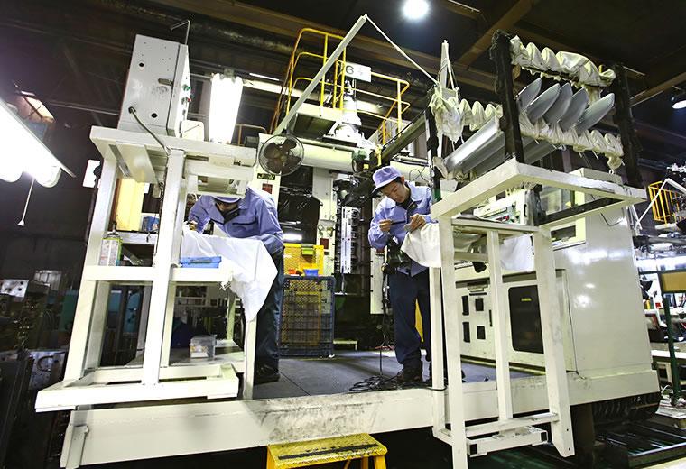 9 Nam làm gia công sản xuất ép nhựa tại Aichi tháng 4/2015