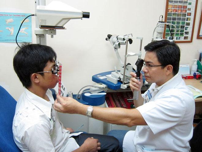 Đo thị lực - yêu cầu bắt buộc khi tham gia khám sức khỏe đi XKLĐ Nhật Bản